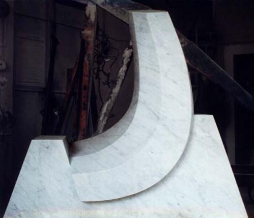 Fotograf: Eget fotoVærk  titel: Bølgen Værk  type: Skulptur Materiale: Statuario marmor Størrelse: 120x109x45 cm Færdiggjort: 1994 Placering: Hyllested Kirke