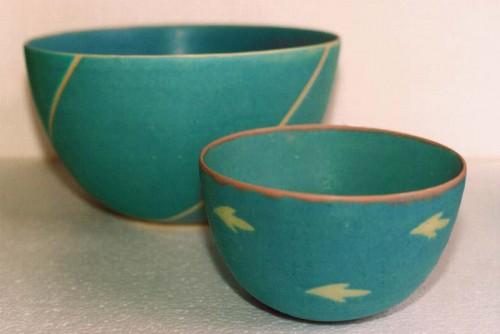 Fotograf: Eget fotoVærk  titel: 2 turkise skåle Værk  type: Keramik Materiale: Stentøj Størrelse: 14x24 cm + 9x16 cm Færdiggjort: 1994 Placering: Privateje