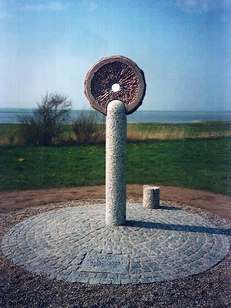 Fotograf: Eget fotoVærk  titel: Fredssøjlen Værk  type: Skulptur Materiale: Granit Størrelse: 300x70x30 cm Færdiggjort: 1995 Placering: Spøttrup Kommune