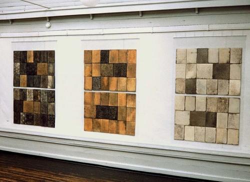 Fotograf: Eget fotoVærk  titel: Firenzevæg I, II, III Værk  type: Keramik Materiale: Rødler raku Størrelse: 3 x (120x180 cm) Færdiggjort: 1994 Placering: Væg II: Århus Universitet