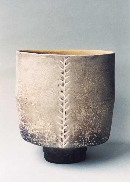 Fotograf: Eget fotoVærk  titel: Lys oval krukke Værk  type: Keramik Materiale: Rakubrændt lertøj Størrelse: 21 x 19 cm Færdiggjort: 2001