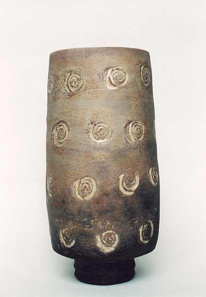 Fotograf: Eget fotoVærk  titel: Lys krukke med spiraler Værk  type: Keramik Materiale: Rakubrændt lertøj Størrelse: Højde 25 cm Færdiggjort: 2001