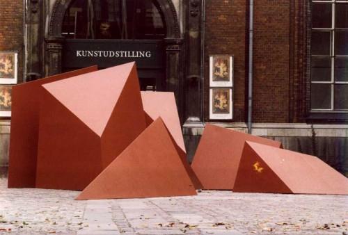 Fotograf: Eget fotoVærk  titel: 6 geometriske figurer Værk  type: Skulptur Materiale: Stål Størrelse: 250 cm Færdiggjort: 1980