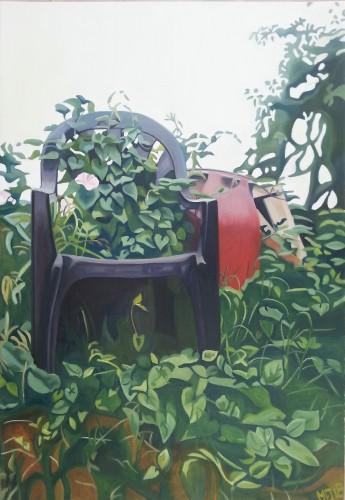 En grøn havestol viklet ind i et krat af snerler. 45x65 cm.